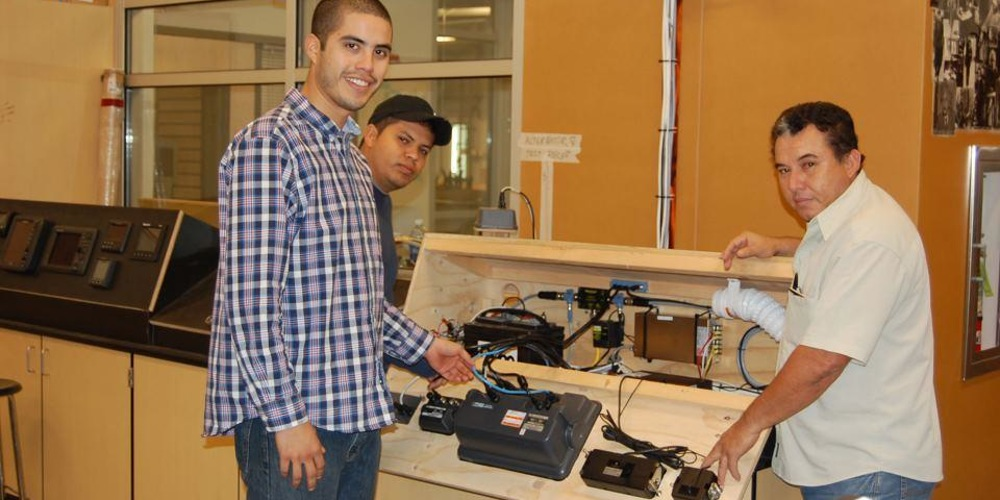Cruiser's College Instructor Mike Beemer teaches Electronics: Installations & Testing